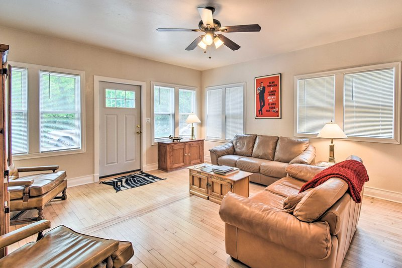 NEW! Walkable Lake Elkhart Home: Dine, Shop, Swim!, location de vacances à Elkhart Lake