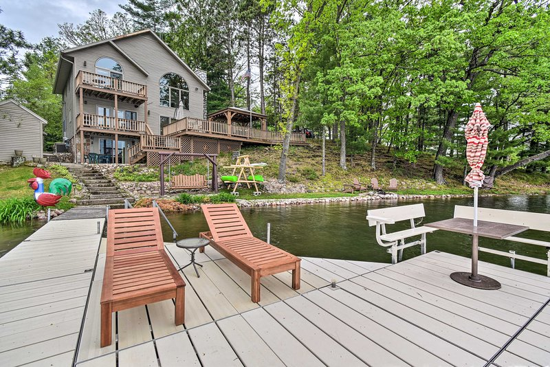 NEW! Ultimate Summer Escape w/ Dock, Kayaks, Etc!, holiday rental in Fremont