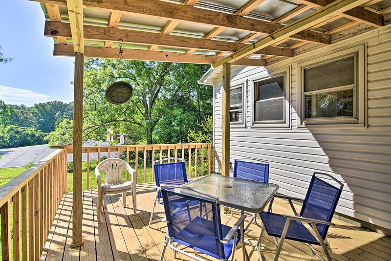 NEW! Quaint Cottage w/ Private Deck in Columbus!, alquiler de vacaciones en Columbus