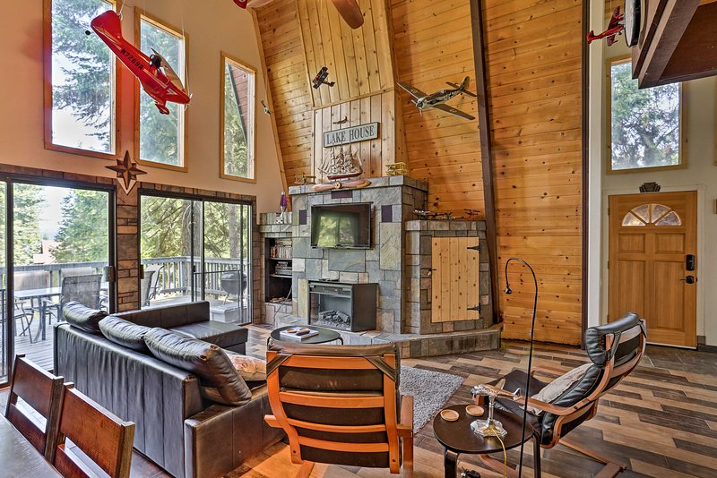 NEW! Mod Cabin w/ Hot Tub, Walk to Lake + Golfing!, holiday rental in Westwood
