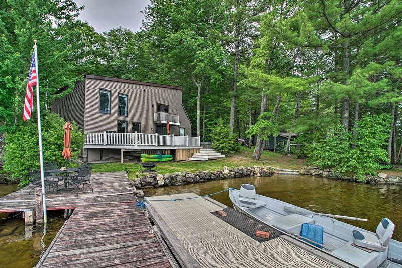 Lakefront Weare House w/ Private Dock & Fire Pit!, alquiler de vacaciones en Harrisville