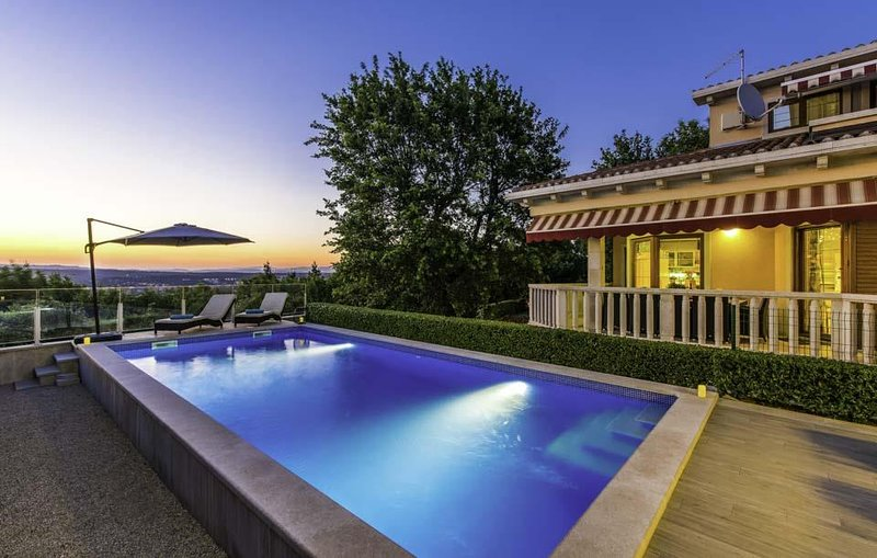 Villa Rosa, charming holiday house with a pool, alquiler vacacional en Labin