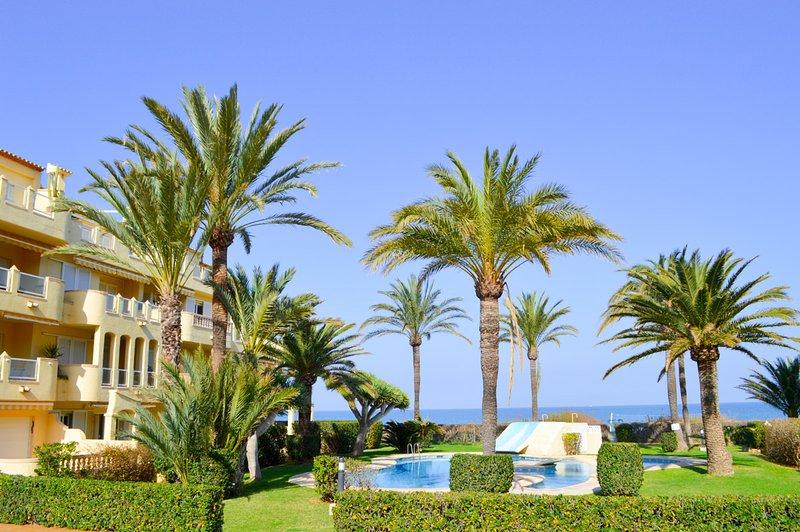 Urbanización Las Brisas, planta baja en primera línea con salida directa a playa, vacation rental in Denia