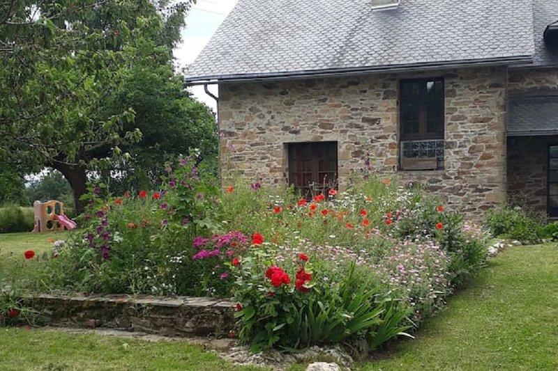 Maison de Campagne (10 pers) au calme, au coeur du Ségala, Aveyron, vacation rental in Belcastel