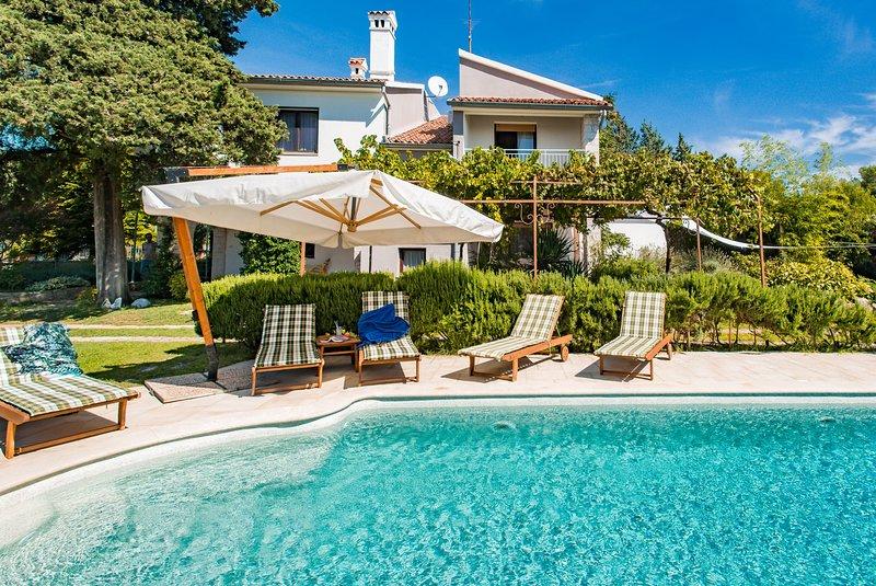 Villa Vittorina - Five Bedroom Villa with Swimming Pool, casa vacanza a Krnica