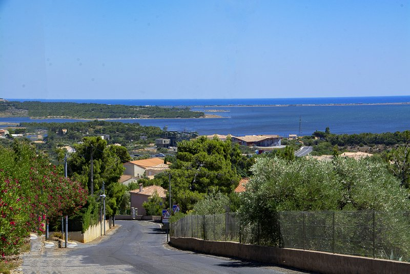 2 Bedroom Fitou Apartment with Sea Views and Shared Pool, Ferienwohnung in Treilles