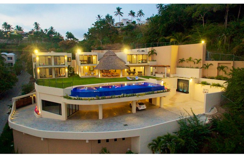 Beach house villa, 4 bedrooms, infinity pool, huge garden, 15 steps to the beach, location de vacances à Manzanillo