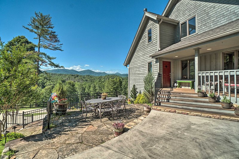 Hilltop Home w/ Panoramic Forest & Mountain Views!, holiday rental in Dahlonega
