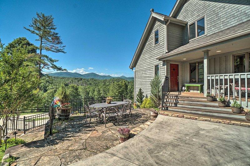 Hilltop Home w/ Panoramic Forest & Mountain Views!, aluguéis de temporada em Dahlonega