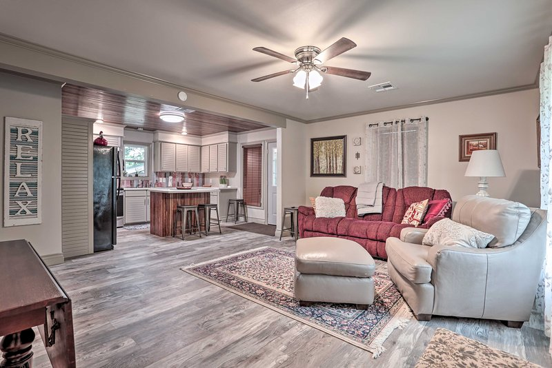 NEW! Lake Charles Home: 1 Mi to Public Boat Launch, alquiler de vacaciones en Lake Charles