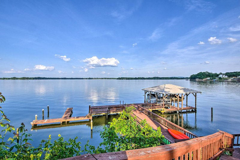 NEW! Waterfront Weiss Lake Getaway w/Dock & Patio!, alquiler vacacional en Centre