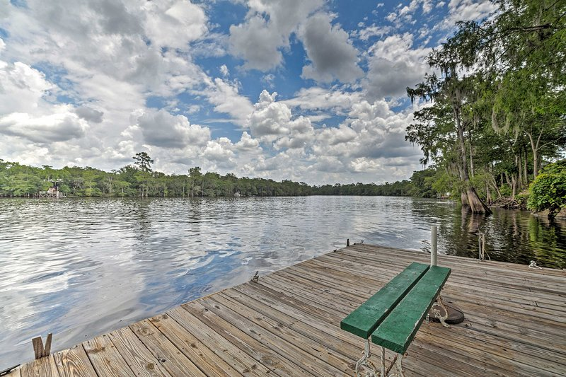 NEW! Riverfront Old Town Retreat with Private Dock, alquiler de vacaciones en Bell