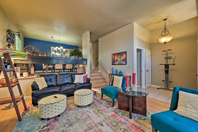 NEW! Deluxe Townhome w/ Deck, 2 Mi to Dtwn Modesto, vacation rental in Oakdale