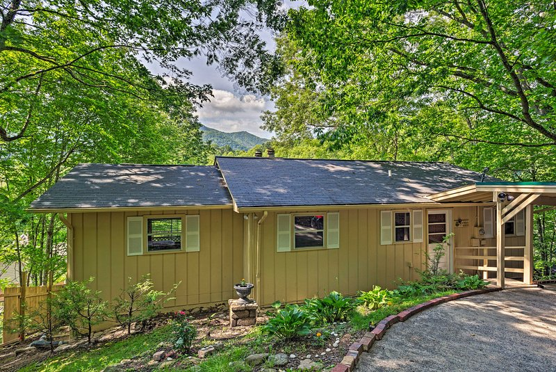 Mountain-View Maggie Valley House w/ Spacious Deck, vacation rental in Maggie Valley