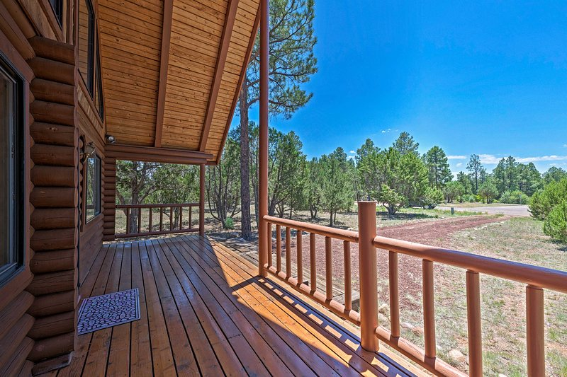 NEW! Central Overgaard Cabin - 8 Mi to Rims Lake!, holiday rental in Forest Lakes