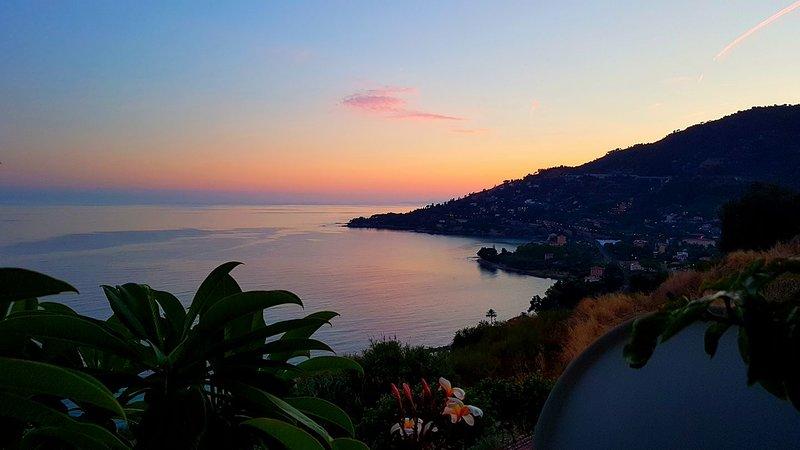 Duplex dans une jungle tropicale, comfortable 6 pers vue imprenable sur la Med, holiday rental in Ventimiglia