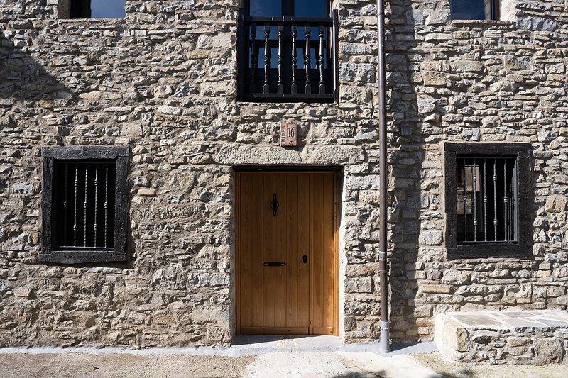 Casa de Piedra en Pardinilla entre Jaca y Sabiñanigo, holiday rental in Senegue