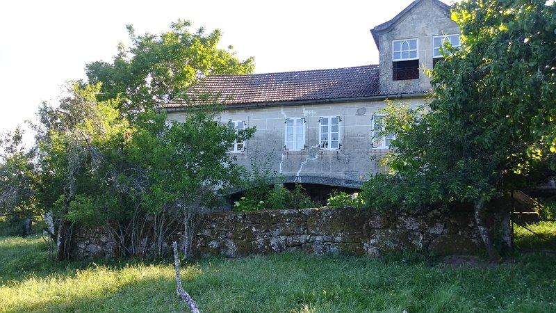 Preciosa casa en la montaña con amplio jardín, aluguéis de temporada em Crecente