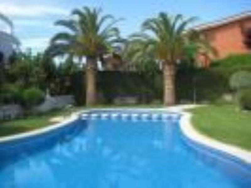 PRECIOSA CASA CON PISCINA EN TORREDEMBARRA, 8 PERS., holiday rental in La Riera de Gaia