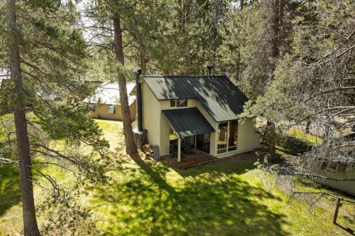 Cozy 2 BR cabin, 6 SHARC passes. Near bike path. Community pool. Fireplace. Perf, holiday rental in Central Oregon