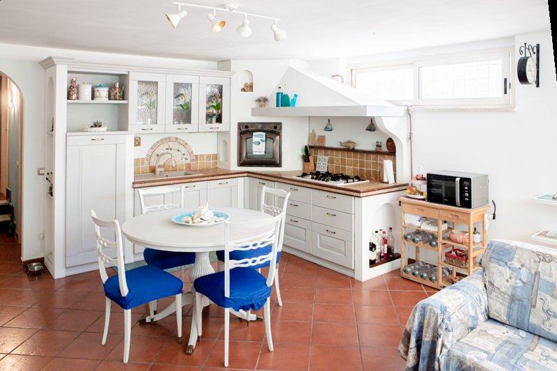 Deliziosa porzione di villino con giardino privato ed entrata indipendente, vacation rental in Anzio