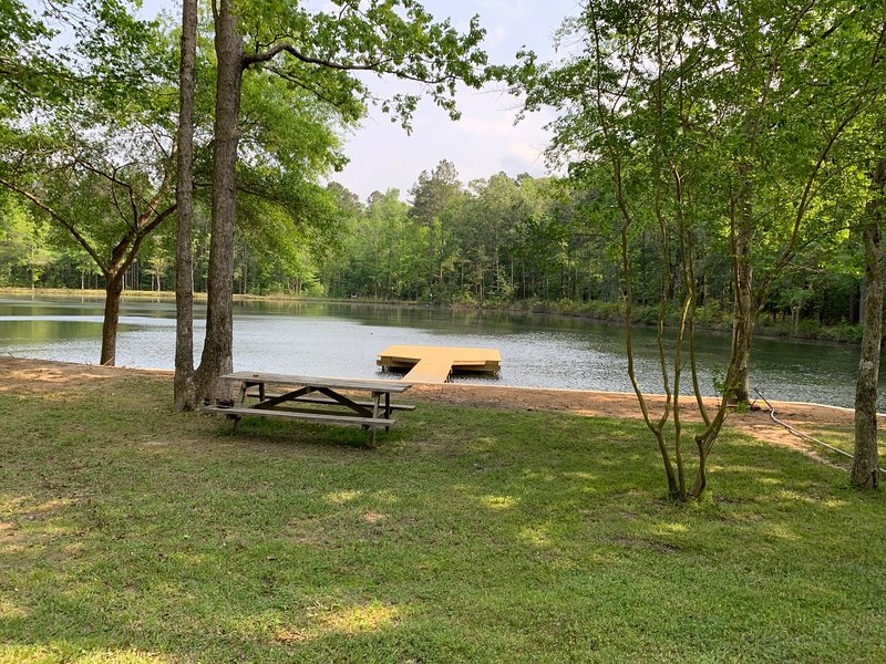 Amazing Waterfront Family Getaway 3BR/2BA, alquiler de vacaciones en Jonesboro