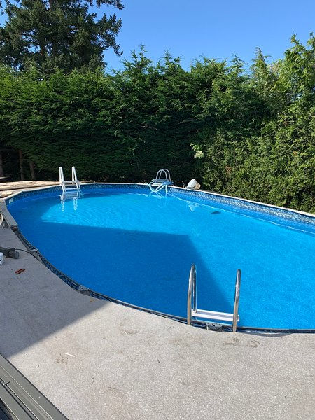 Victoria area poolside with hot tub and patio, vacation rental in Sidney