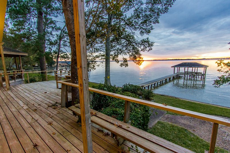 Lake Houston, Breathtaking Views, 2 Master Bedrooms, Huge Deck, Boat Dock, Grill, vacation rental in Houston
