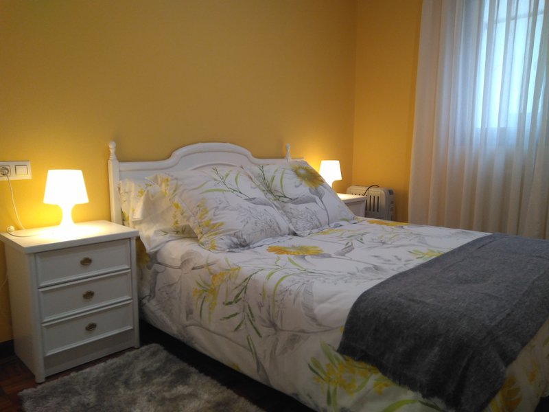Apartamento junto Ayuntamiento y Catedral con WiFi, holiday rental in Mieres