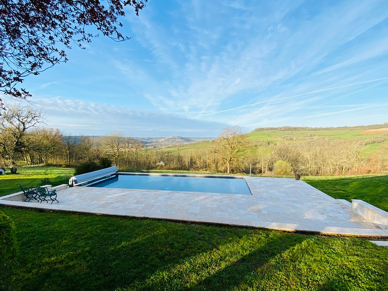 Maison La Martinié, with stunning views of Cordes-sur-Ciel, location de vacances à Tarn