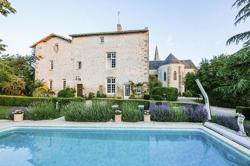 Uniquely French Medieval Priory (Sleeps 16), location de vacances à Saint-Jean-de-Sauves