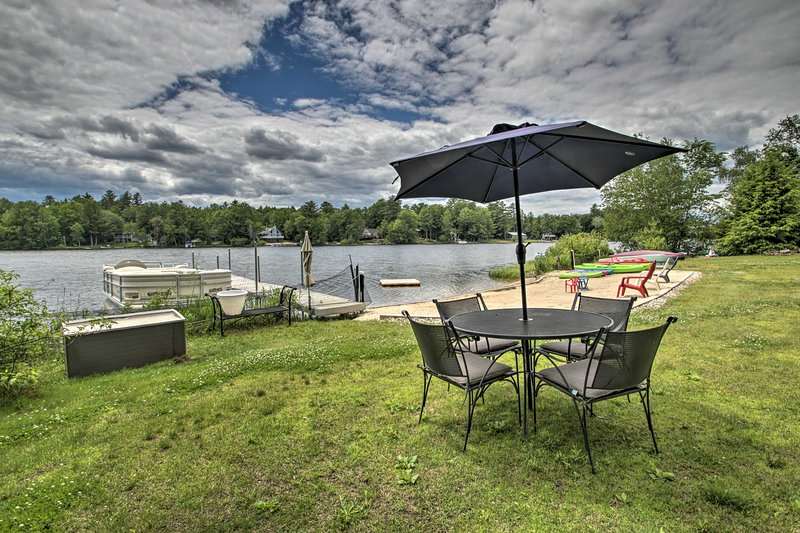 Pet-Friendly Home w/Private Beach, Dock & Rafts!, location de vacances à Barrington
