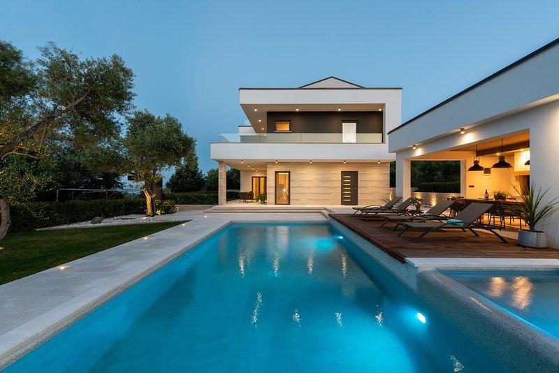 Villa Laurea - Four Bedroom Villa with Pool, Sauna, Playground and Sea View, holiday rental in Drenje
