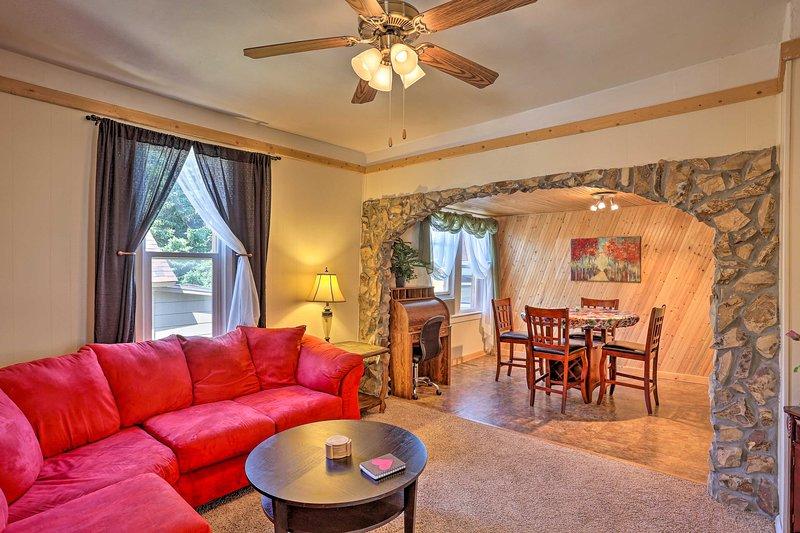 Cozy Black Hills Cabin w/ Deck ~ 3 Mi to Deadwood!, location de vacances à Lead
