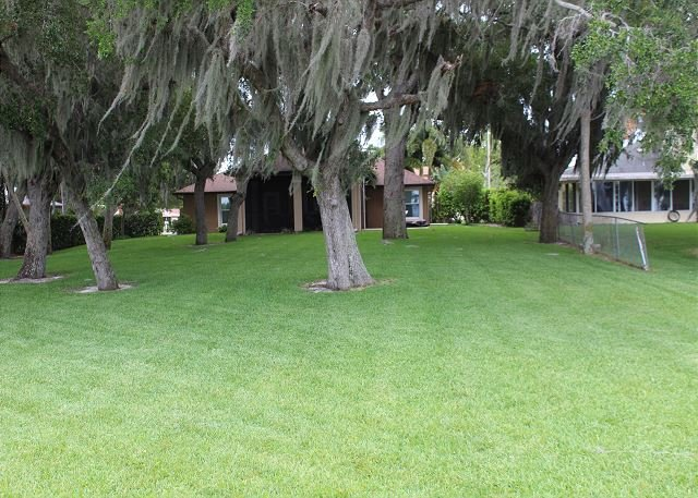 Florida Riverside Living at its best!! Plenty of Space in this Awesome Home!, vacation rental in Sharpes
