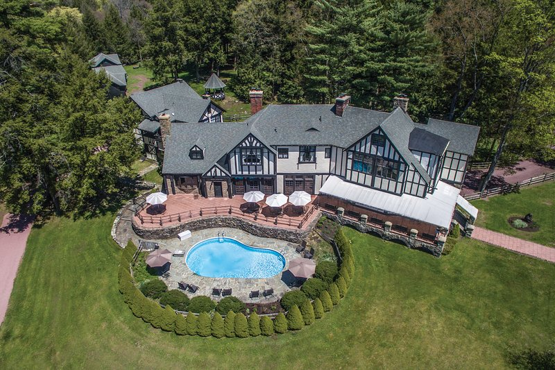 10,000 Sqft Pocono Mansion with Private Pool on 7.5 Acres- Great for Families!, holiday rental in Bear Creek