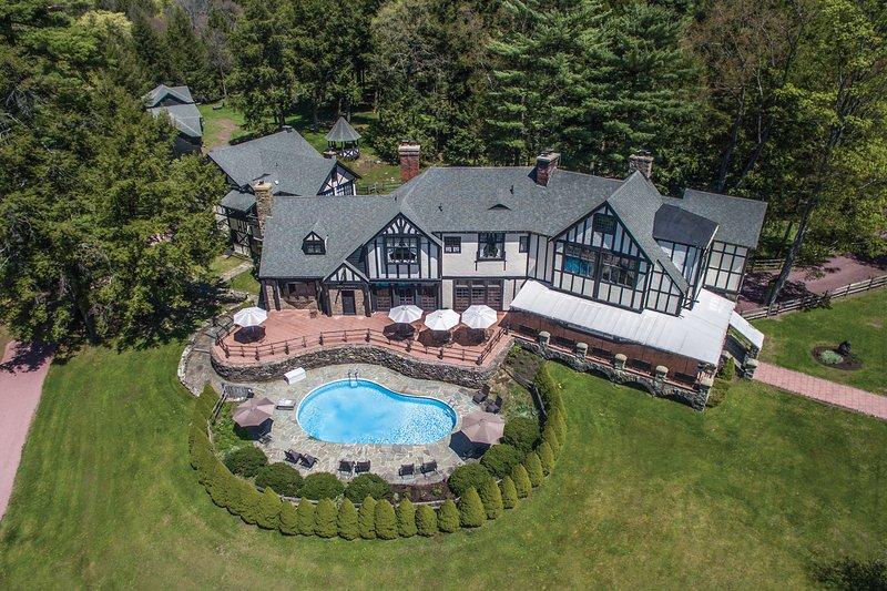 10,000 Sqft Pocono Mansion with Private Pool on 7.5 Acres- Great for Families!, location de vacances à Drums