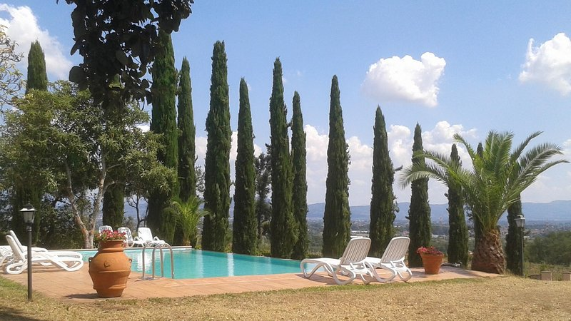 NEW! Perfect 2/3 families, tuscan villa, 1.5 acres,private pool, walk restaurant, holiday rental in Luciani