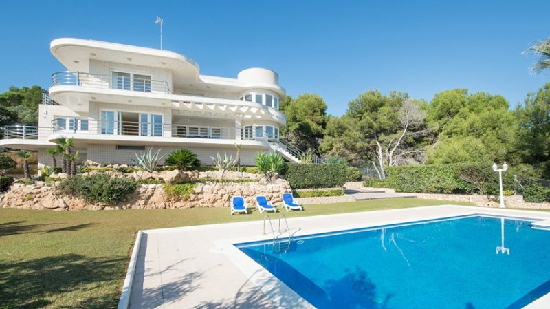Villa Elegante Overlook the sea, holiday rental in Els Pallaresos