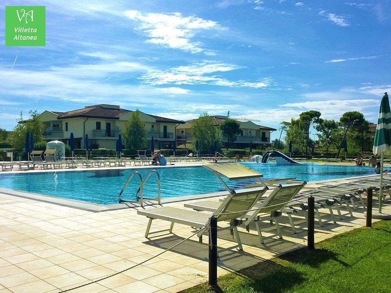 Casetta con giardino privato e piscina per vacanze al mare, holiday rental in Caorle