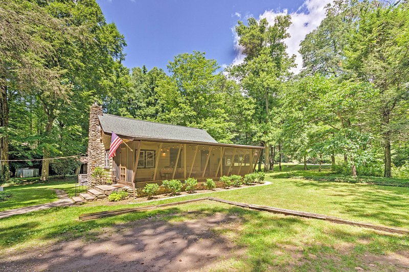 Cozy 2-Acre Historic Black Mountain Cabin w/ View!, holiday rental in Montreat