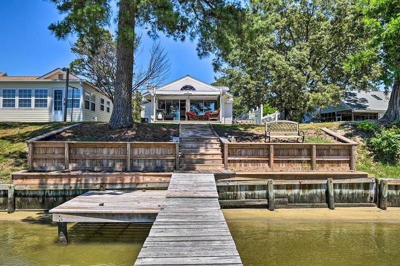 Riverfront Cottage: Fire Pit, Kayaks & Paddle Boat, holiday rental in Wake