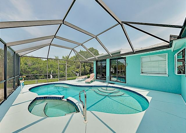 Dreamy Bayside Retreat w/ Pool, Hot Tub & Canal Launch - 2.5 Miles to Beach, aluguéis de temporada em Nokomis