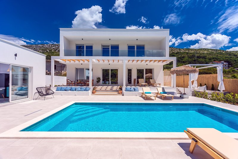 Villa Zen with 4 bedrooms, private 32m2 pool, summer kitchen, holiday rental in Tugare