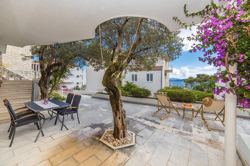 Nice studio with sea view & terrace, aluguéis de temporada em Zivogosce