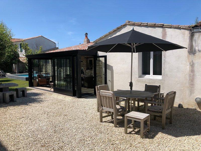 Maison de charme avec jardin et piscine au centre de Ars en Ré, holiday rental in Ars-en-Re