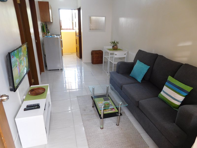 ⍟ BEST VALUE 9 ⍟ Fast WiFi ⋅ Modern Living ⋅ Balcony, vacation rental in Central Luzon Region