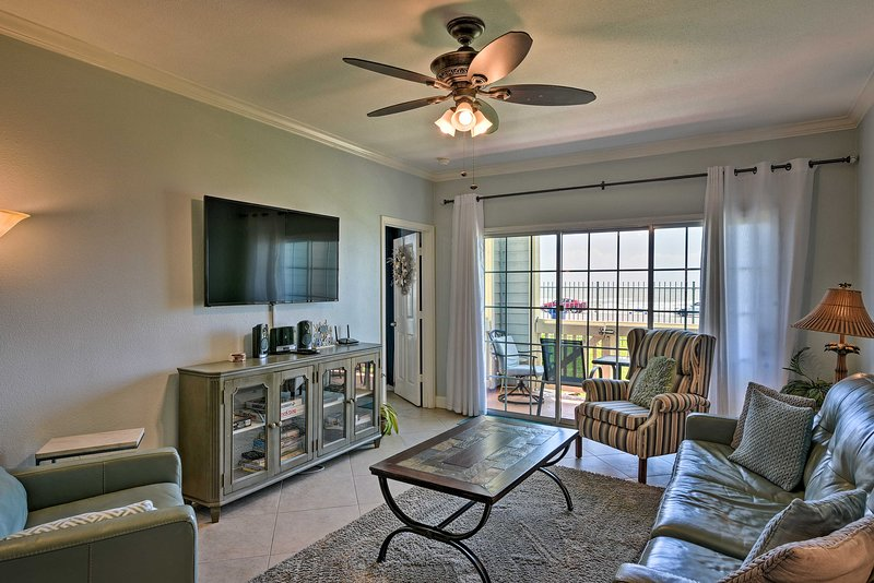 NEW! Babe's Beach Resort Retreat: Walk to the Gulf, alquiler de vacaciones en Galveston Island
