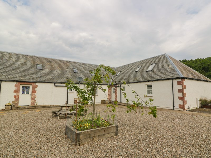 LON COTTAGE, en-suites, off road parking, garden, in Blairgowrie, Ref 28088, holiday rental in Birnam