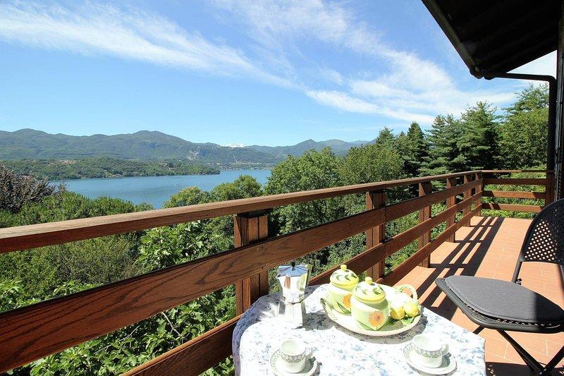 Magical lake - apartment with beach e lake view, casa vacanza a Gozzano